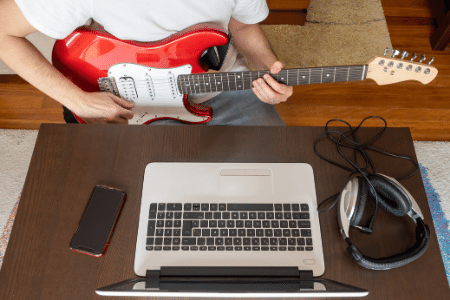 music student in an online guitar course
