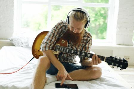 online guitar player